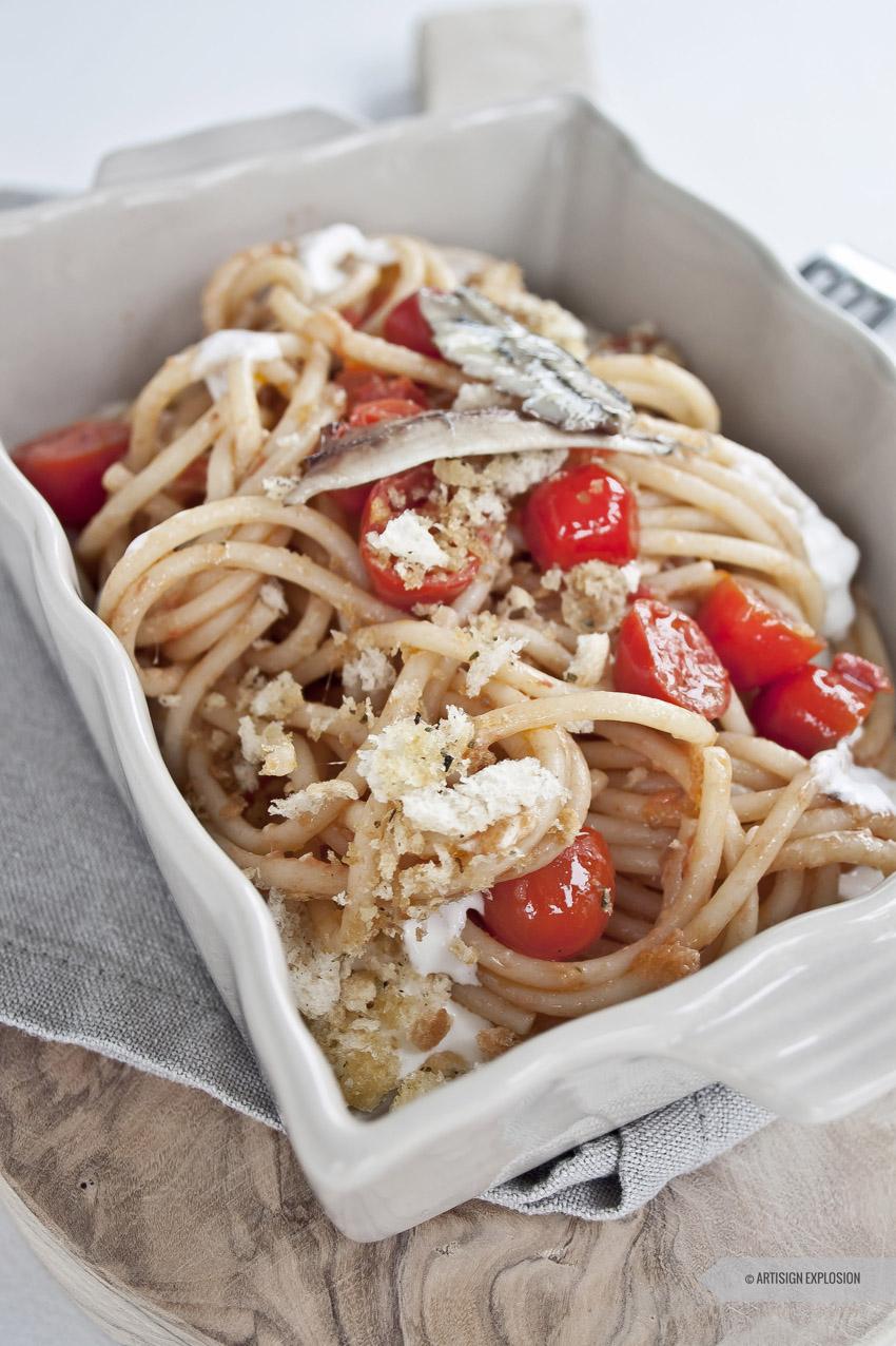 Ricetta spaghettoni alici e datterino su stracciatella con croccante di mollica