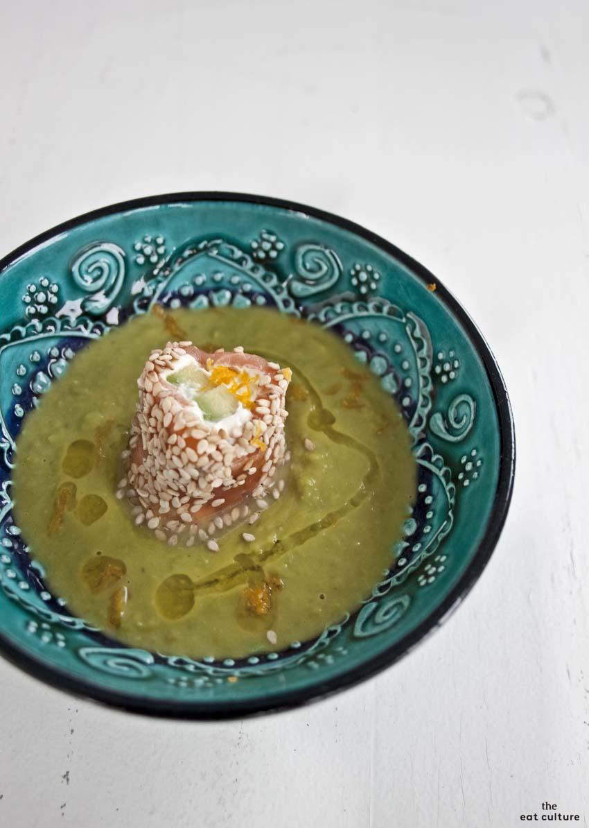 Sushi al salmone su crema di piselli_2